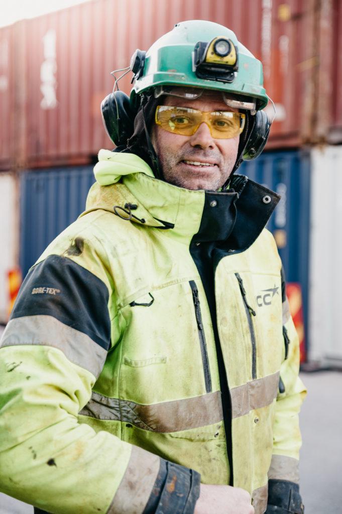 En man i neongula arbetsklädet och hjälm.