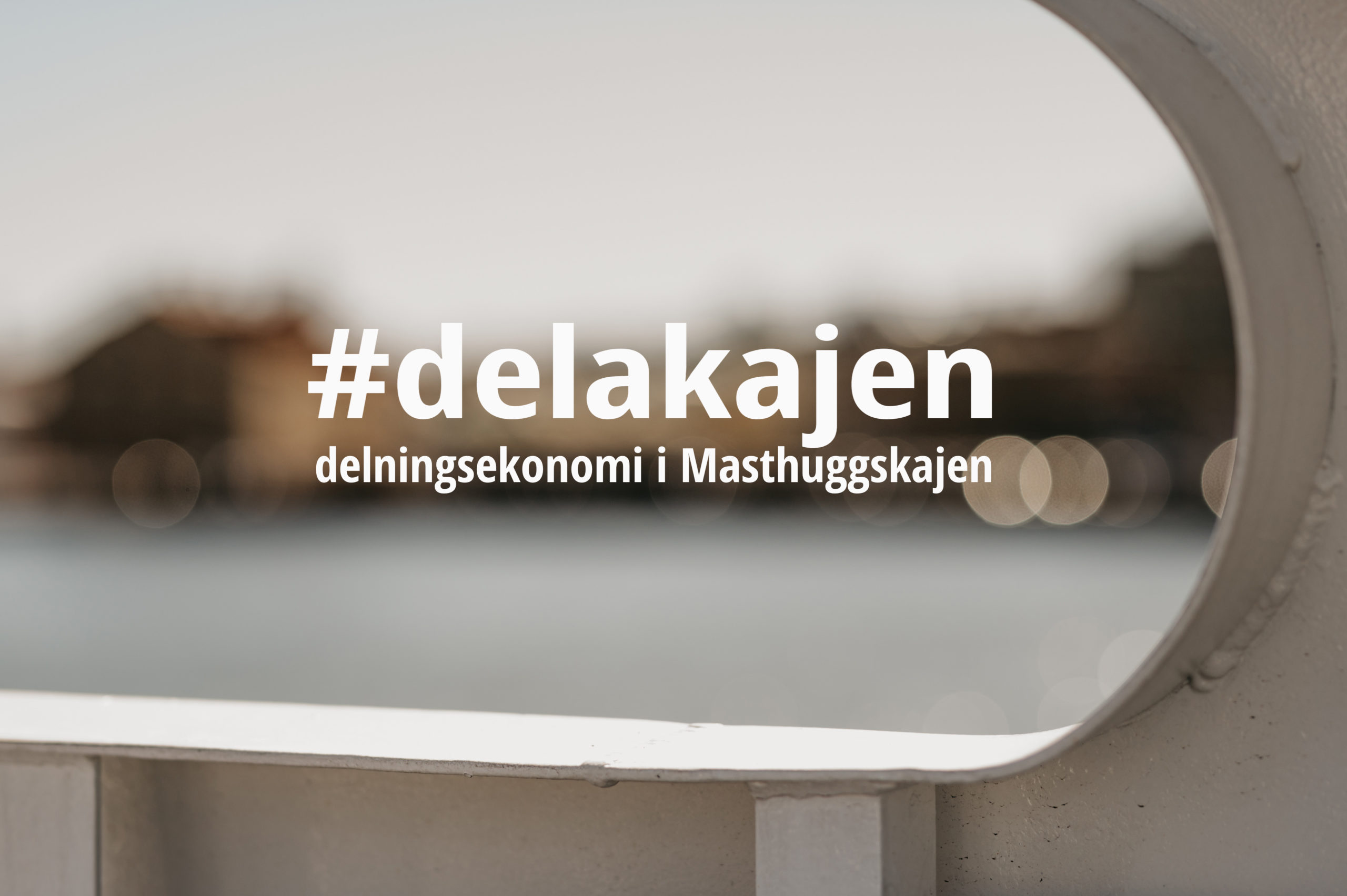 Bild På Suddig Kaj Med Hashtaggen #delakajen I Förgrunden.